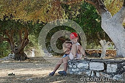 Mädchen, die im Obstgarten spielen