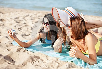 Mädchen, die Selbstporträt auf dem Strand machen