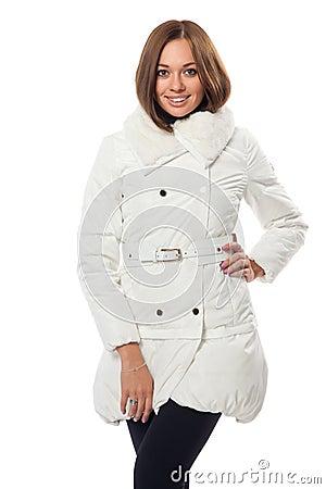 Mädchen in einem weißen flaumigen Mantel