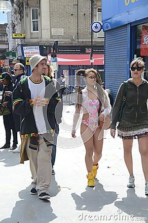 Mädchen in einer Schwimmen und in einem Matten Notting- Hillkarneval Redaktionelles Stockfoto