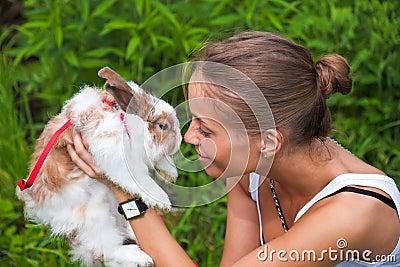 Mädchen mit einem Kaninchen.
