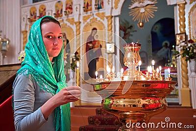 Mädchen mit einer Kerze.
