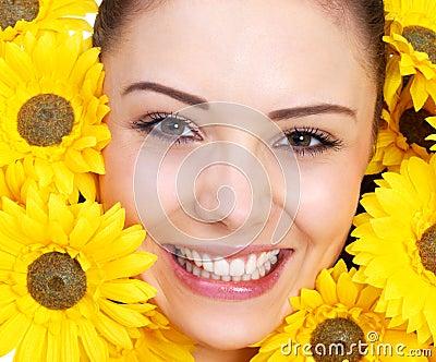Mädchen umgeben durch Blumen