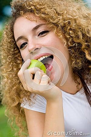 Mädchen und Apple