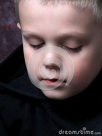 Müder kleiner Junge