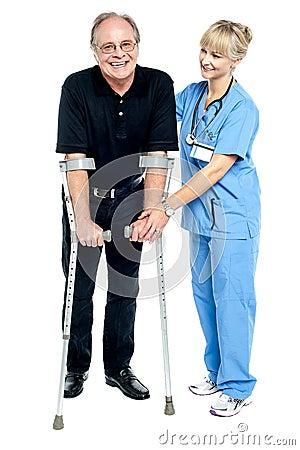 Médico experimentado que ayuda a su paciente en proceso de recuperación
