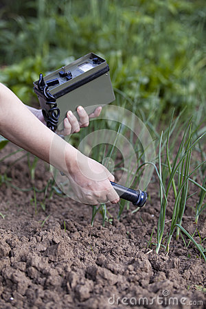 Free Measuring Radiation Levels Of Onions Stock Photography - 28699582
