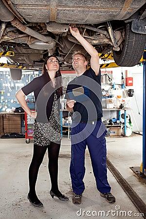 Mecánico con el cliente