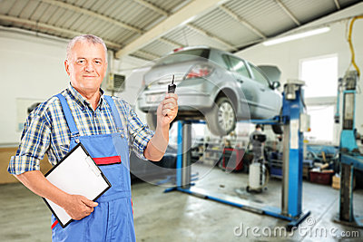 Mechanic holding a car key atauto repair shop