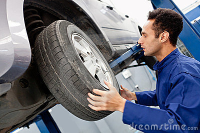 Mechanic reparing a car