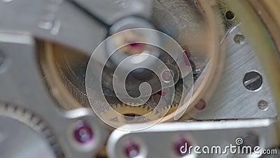 Mechanische Uhr mit Fokus auf Gang mit Rubin auf Hintergrund stock video