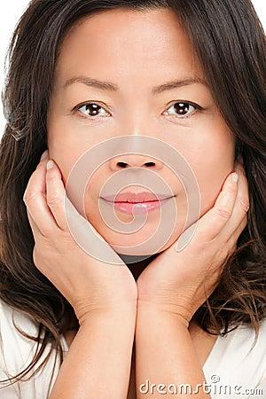 Medelåldrig asiatisk kvinnaskönhetstående