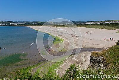 Medeltalstrand Cornwall England nära St Austell och Polkerris med det blå havet och himmel Redaktionell Arkivfoto