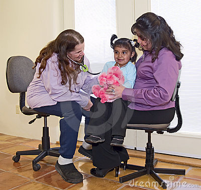 Medico che esamina una piccola ragazza dell nativo americano