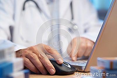 Medico che prepara prescrizione in linea del Internet