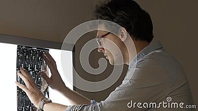 Medico maschio che analizza ricerca di tomografia computerizzata allo schermo stock footage