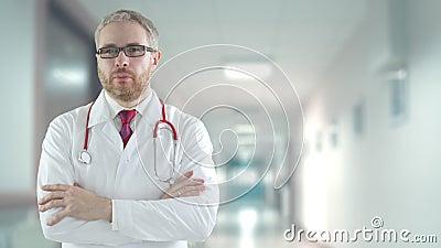Medico preoccupato nel moderno corridoio dell'ospedale, colpito con una telecamera rossa stock footage
