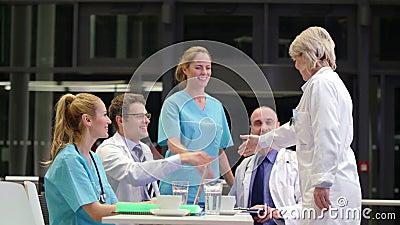 Medique a agitação das mãos e a interação com os colegas na sala de conferências video estoque