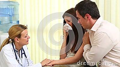 Medique a fala a uma mulher de grito em uma sala de espera filme