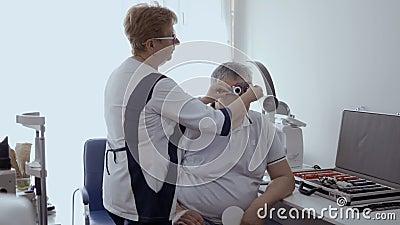 Medique a visão do ` s do homem da verificação com quadro experimental ótico video estoque