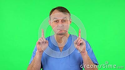 Medisch arts die met de vingers naar boven wijst Groen scherm stock video