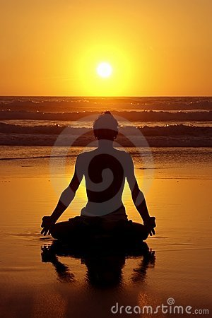 Meditação da ioga no por do sol
