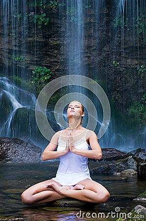 Meditação da ioga perto da cachoeira