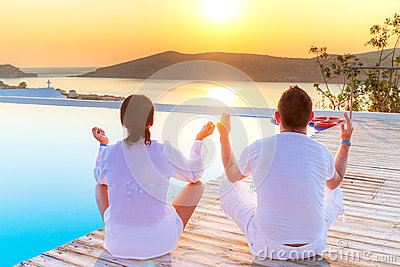 Meditating junto no nascer do sol