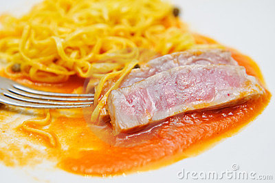 Medium rare tuna fish and fresh Tagliatini