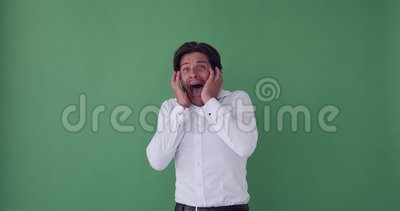Medo empresário gritando e cobrindo seu rosto video estoque