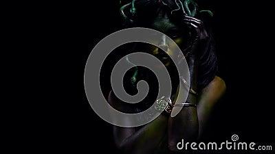 Medusa τέχνη σωμάτων, μυθολογικό πλάσμα, ελληνικός μύθος, σε αργή κίνηση φιλμ μικρού μήκους