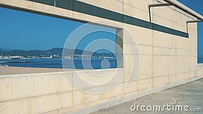 Meer mit klarem Wasser und Meeresküste, Aussicht durch Betonfenster stock video footage