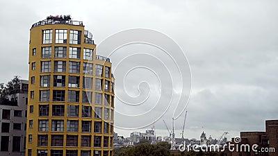 Meerdere verdiepingen woongebouw met moderne architectuur op de achtergrond van de stad Actie Modern ontwerp, woonachtig stock footage