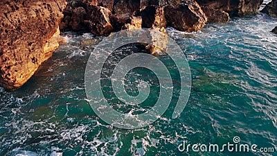 Meeresküste, Naturkonzept Meer und Klippen auf Sonnenuntergang in Griechenland stock video footage