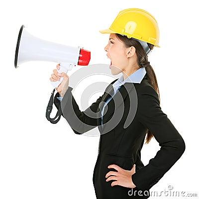 Megafonu inżyniera kontrahenta krzycząca kobieta