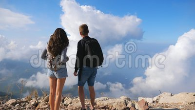 Mehrere Wanderer mit Rucksäcken am Berghang und landschaftlich reizvoller Landschaft Mann und Frau, die sich während der stock video footage
