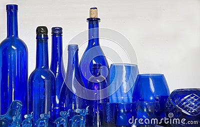 Mehrfache blaue Gläser, Flaschen und Felder