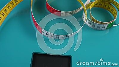 Mehrfarbiger Zentimeter zur Messung der Parameter der Abbildung und der Bodenwaagen auf weißem Hintergrund stock video