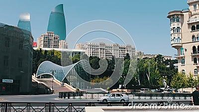 9,2017 MEI - AZERBEIDZJAN, BAKU: De beroemde `-Vlamtorens ` in Azerbeidzjan ` s hoofdbaku Hoge en mooie blauwe wolkenkrabbers stock footage