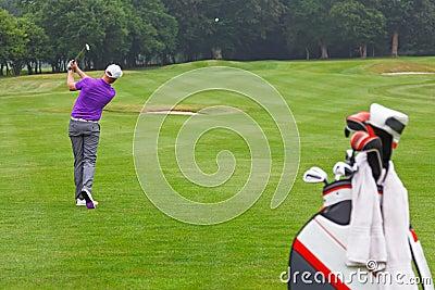Meio do ar da bola do tiro do ferro do fairway do jogador de golfe