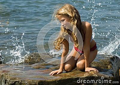 Meisje bij de kust