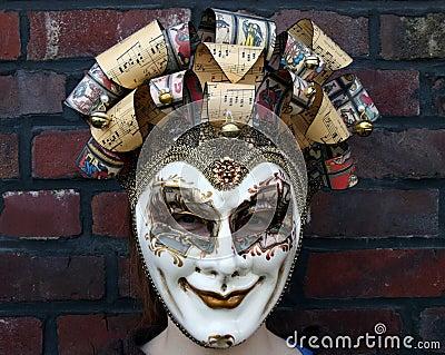 Meisje dat een Venetiaanse Carnaval masker normale starende blik draagt