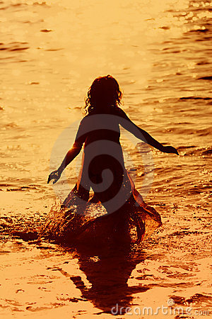 Meisje dat in het water loopt