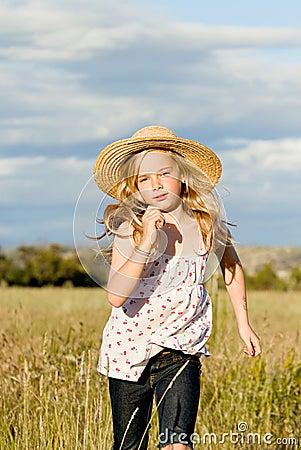 Meisje dat lang gras doorneemt