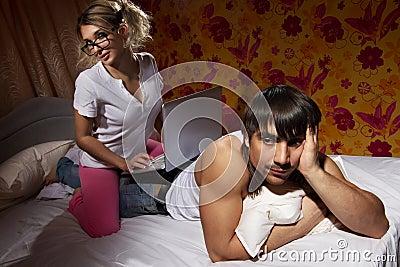 Meisje dat laptop op haar vriend`s rug met behulp van