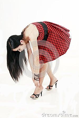 Meisje dat op de nieuwe schoenen probeert.