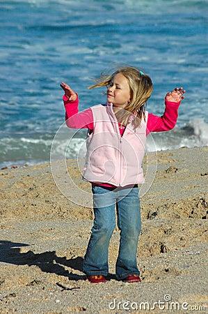 Meisje dat op strand danst