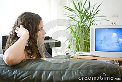 Meisje dat op TV let