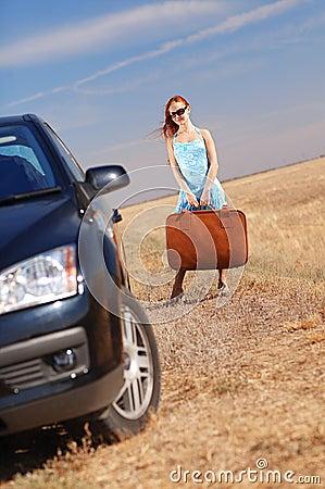 Meisje dichtbij de auto