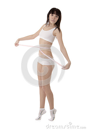 Meisje die haar taille meten